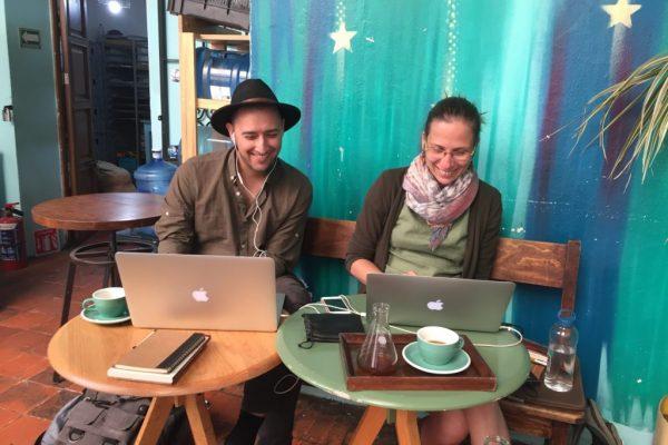 Noel a Magda (autoři projektu Ženy, ktoré zostali) – takhle nějak jsme je s mým Jirkou potkali v Mexiku, Oaxace, kde teď Magda s Noelem žijí