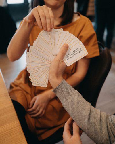 karty podle sebe v akci